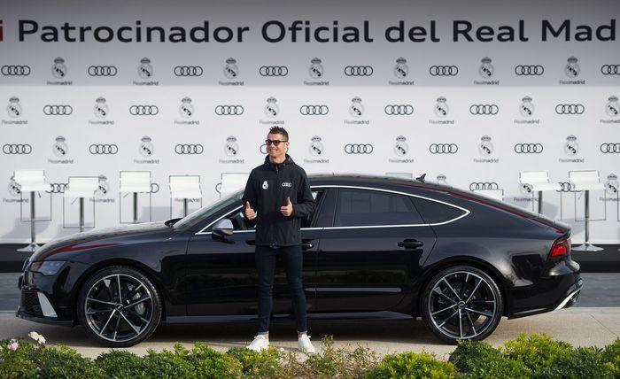 Cristiano Ronaldo memilih mobil yang paling mewah, Audi RS 7 performance 4.0 TFSI berkelir hitam. Harga mobil ini adalah 152.570 euro atau sekitar Rp 2,7 miliar (Denis Doyle/Getty Images For AUDI)