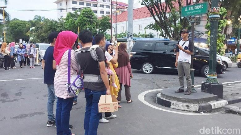 Wisatawan berfoto di plang Jalan Malioboro, Yogyakarta (Kurnia/detikTravel)