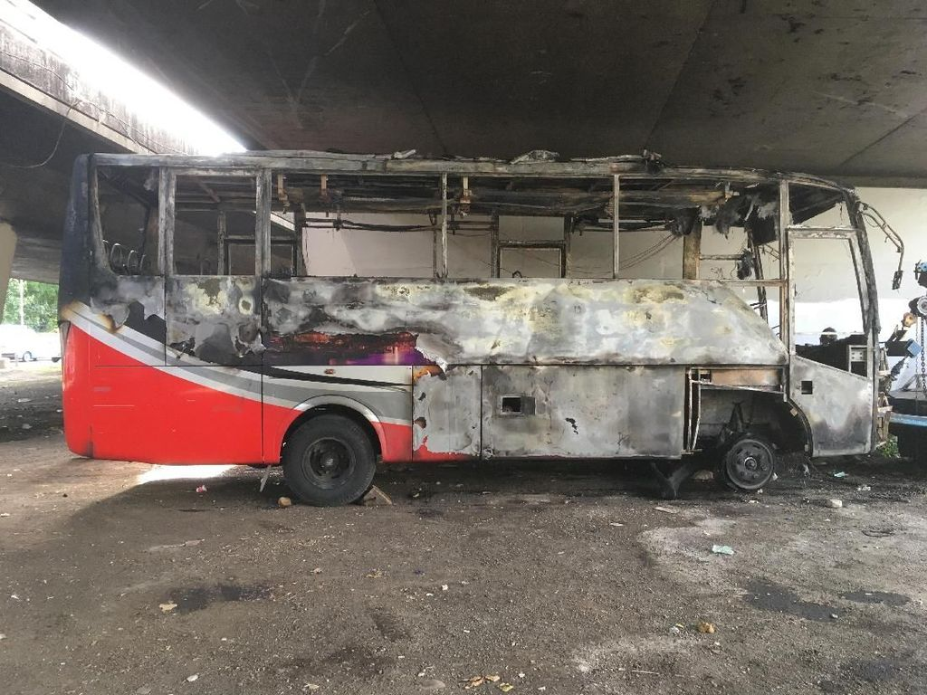 Bangkai Bus yang Ludes Terbakar di Slipi
