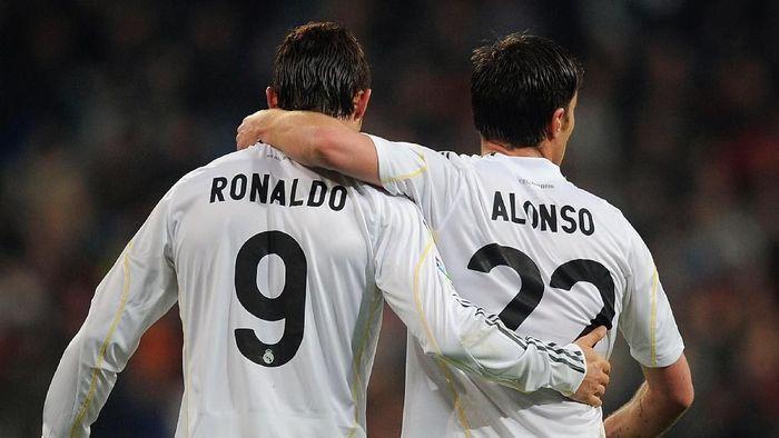Cristiano Ronaldo dan Xabi Alonso menatap sidang penggelapan pajak. (Foto: Denis Doyle/Getty Images)
