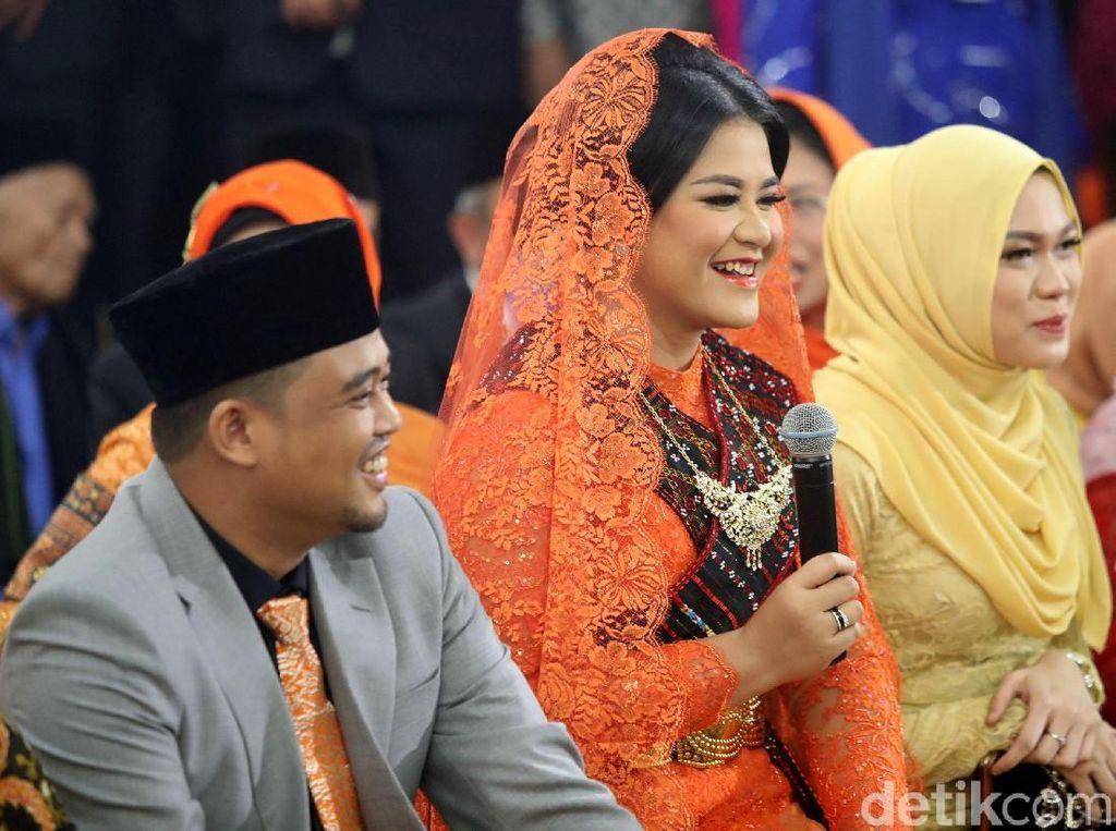 Foto: Jadi Pengantin Mandailing, Kahiyang Fresh Berkebaya Oranye