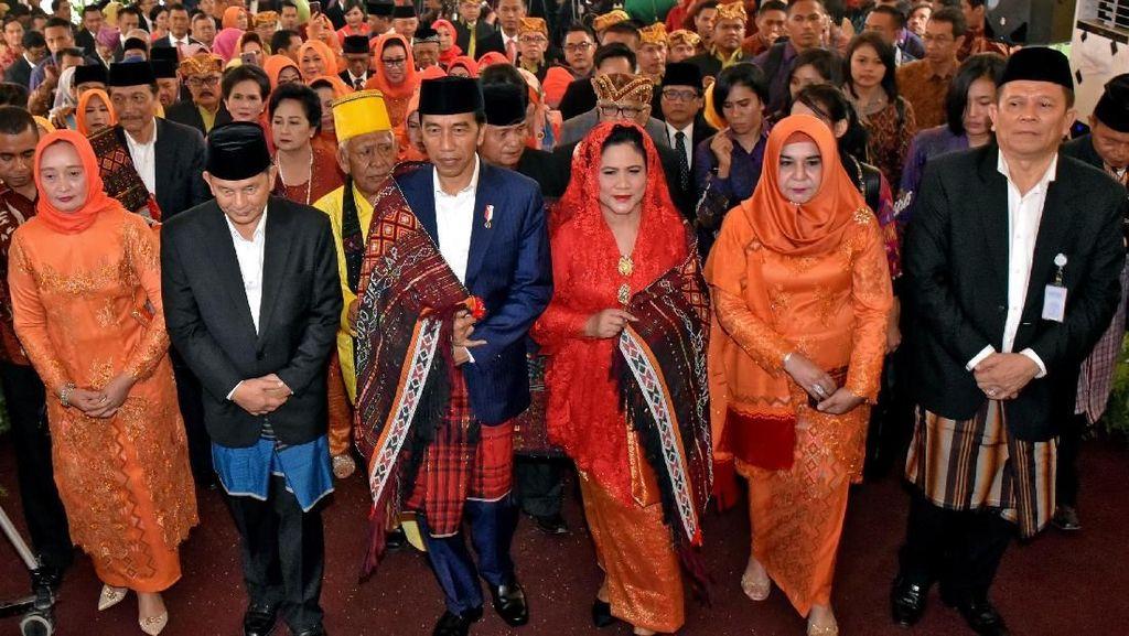 Melihat Lagi Momen Jokowi Sekeluarga di Pesta Adat Kahiyang-Bobby