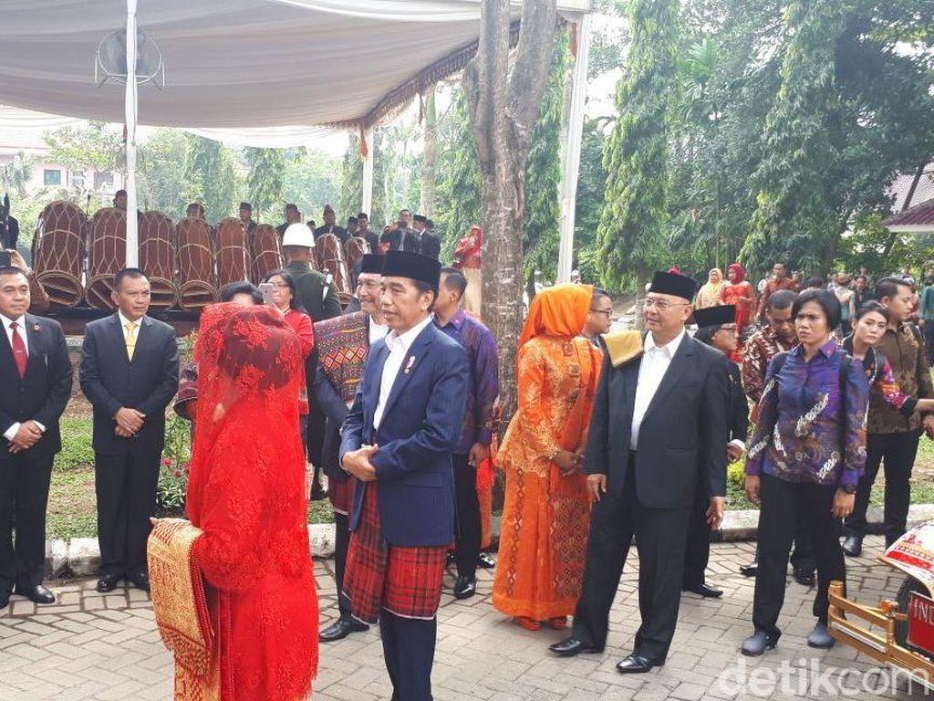 Jokowi dan Iriana Hadiri Puncak Pesta Adat Bobby-Kahiyang