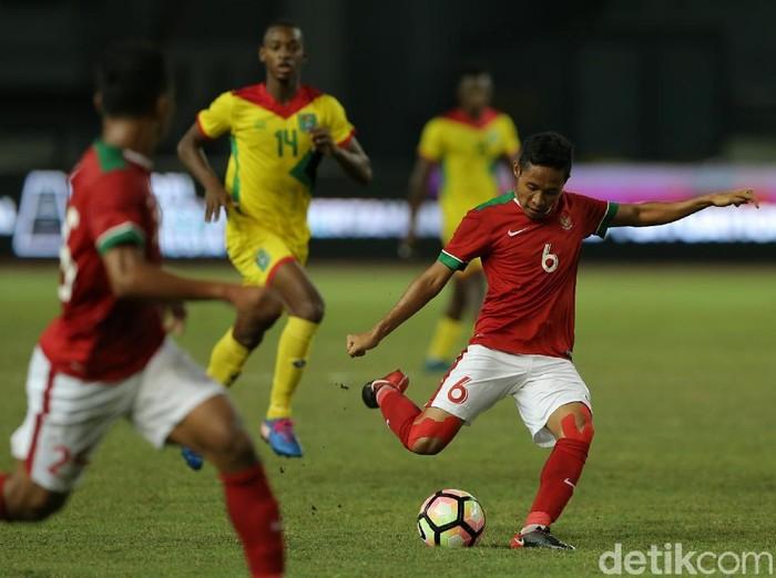 Evan Dimas Darmono saat memebla Timnas Indonesia menghadapi Guyana dalam laga uji coba di Stadion patriot Candrabhaga, Bekasi, Sabtu (25/11/2017),.