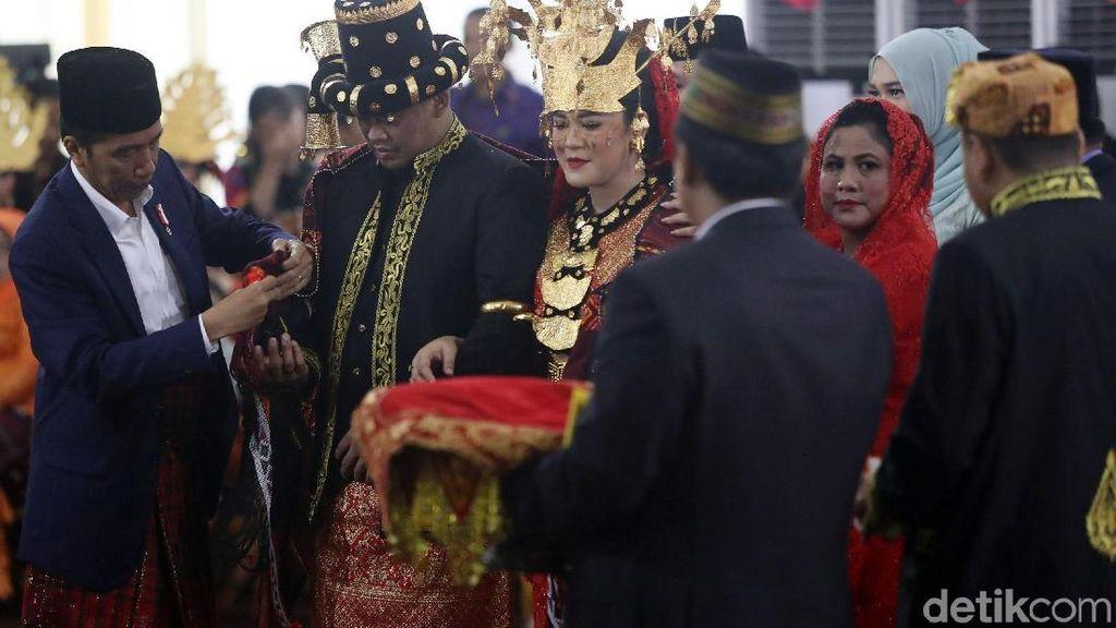 Foto: Jokowi dan Iriana Mengulosi Kahiyang-Bobby