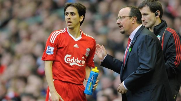 LIVERPOOL, ENGLAND - OCTOBER 25:  Liverpool Manager Rafael Benitez issues instructions to Yossi Benayoun of Liverpool during the Barclays Premier League match between Liverpool and Manchester United at Anfield on October 25, 2009 in Liverpool, England.  (Photo by Michael Regan/Getty Images)