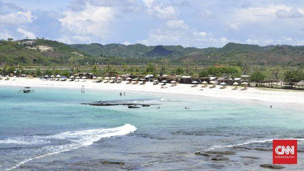 Pantai Tanjung Aan, salah satu pantai di Kawasan Mandalika, Lombok Tengah, Nusa Tenggara Barat (NTB). Pantai Tanjung Aan memiliki daya tarik dengan air lautnya yang biru nan kehijauan dan pasir putih yang lembut. Di sekitar Pantai Tanjung Aan ada Bukit Merese yang juga menjadi pilihan wisatawan. Biasanya mereka befoto ria dari atas bukit. Wisatawan asing banyak yang datang mengunjungi 'surga' baru di Pulau Lombok itu. Mereka menghabiskan waktunya untuk berjemur hingga berselancar. Pantai Tanjung Aan yang dikelilingi bukit hingga membentuk sebuah teluk mebuat pantai tersebut seperti kolam renang raksasa. Ombak di pantai tersebut juga tidak besar.