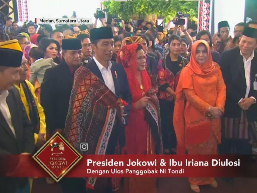 Gaya Jokowi dan Iriana di Upacara Adat Mandailing