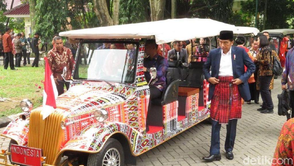 Gaya Jokowi-Iriana Naik Mobil Ulos ke Puncak Pesta Adat