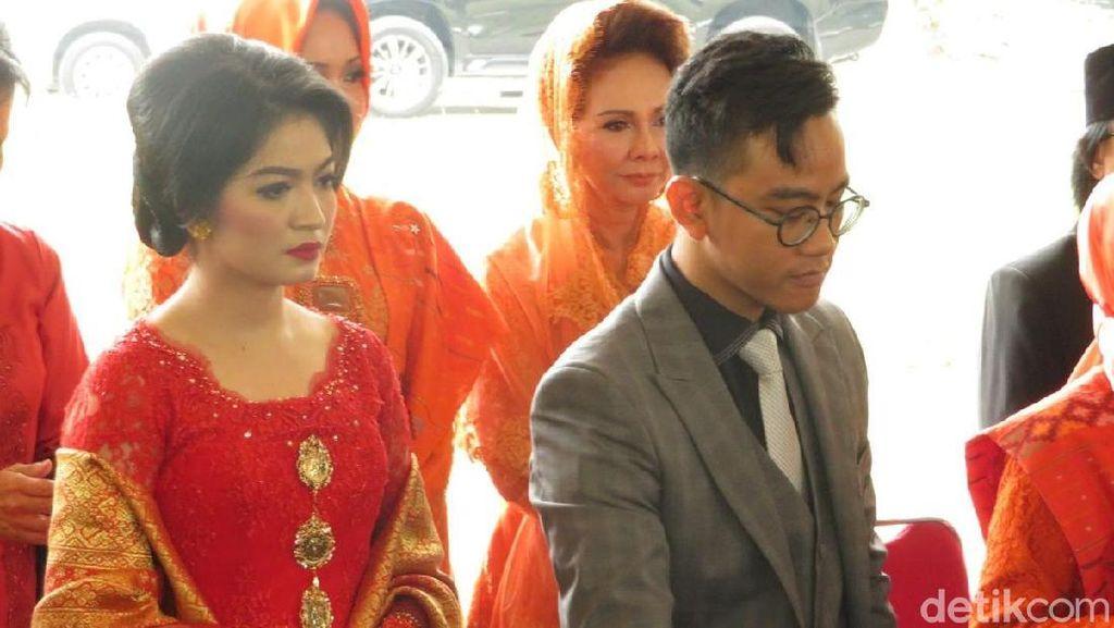 Gaya Selvi Menantu Jokowi Berkebaya Merah dengan Tas Dior Rp 40 Juta