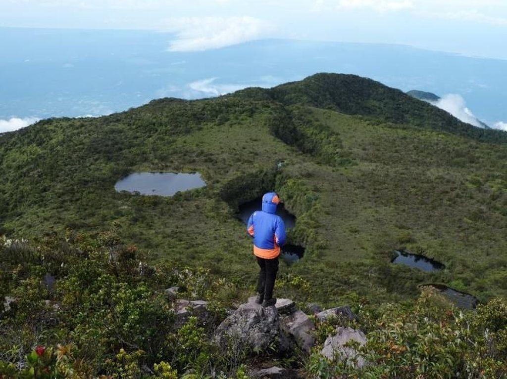 Bikin Kangen Mendaki, Gunung Ini Punya 13 Telaga di Puncaknya!