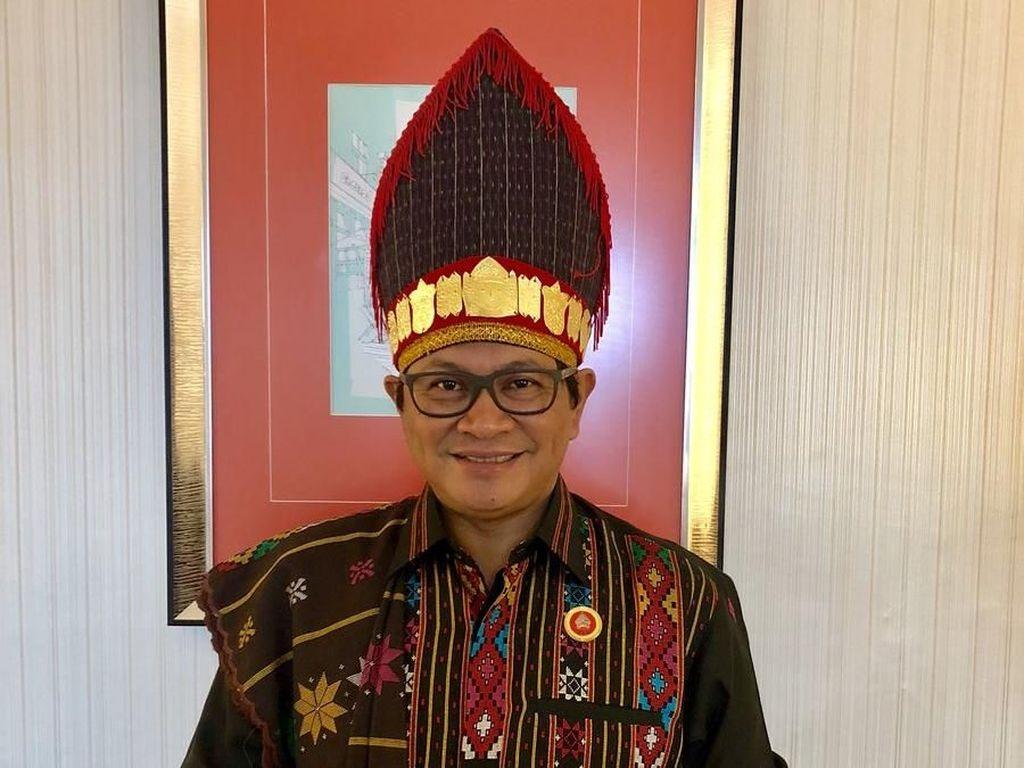 Foto: Seskab Turut Pakai Baju Batak di Resepsi Kahiyang-Bobby