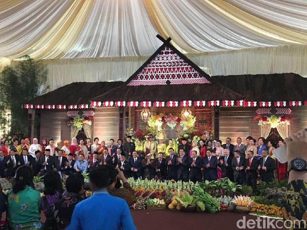 Melihat Kekompakan Menteri Jokowi di Resepsi Kahiyang-Bobby