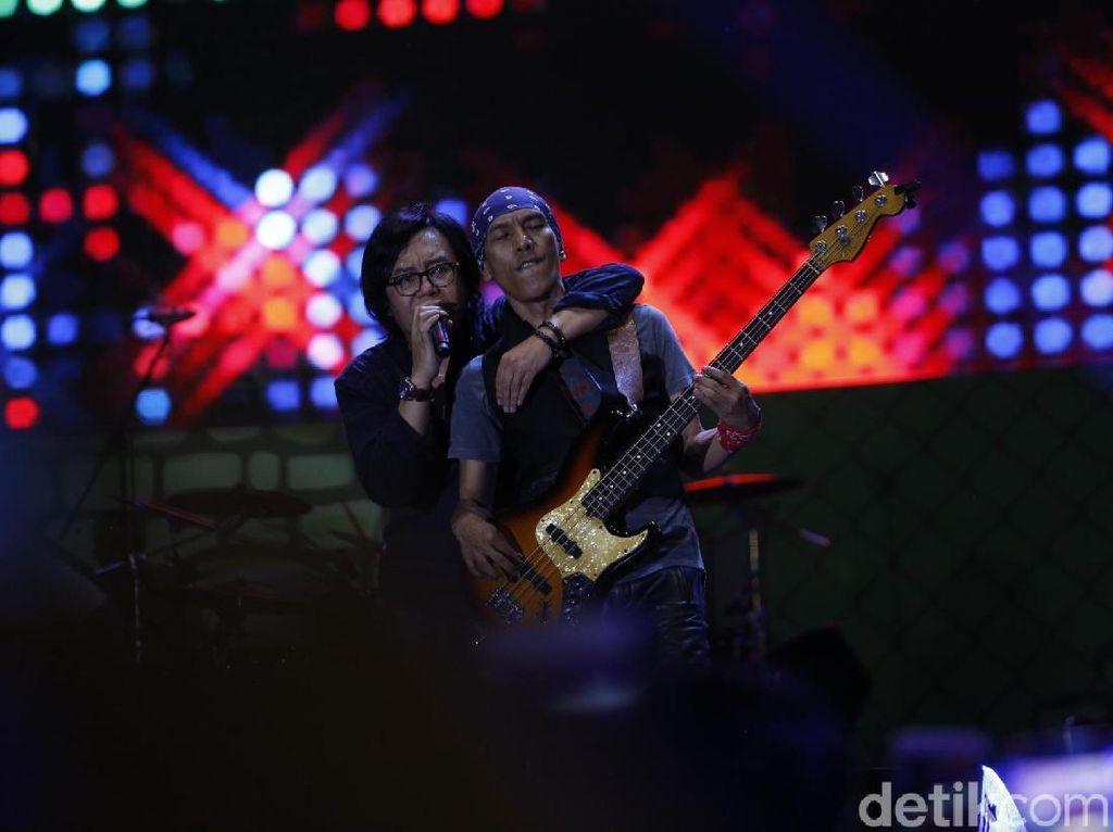 Dewa 19 feat Ari Lasso Tutup 90s Festival dengan Meriah