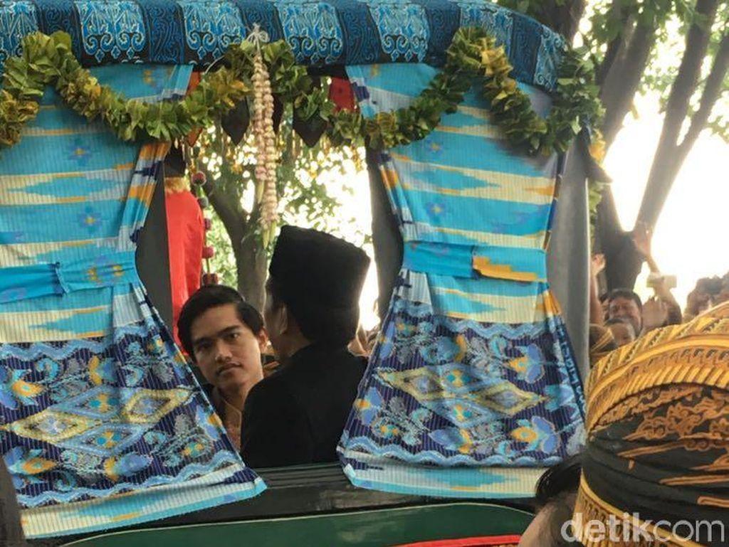 Ekspresi Kaesang yang Bawa Kamera di Kirab Kereta Kencana Kahiyang