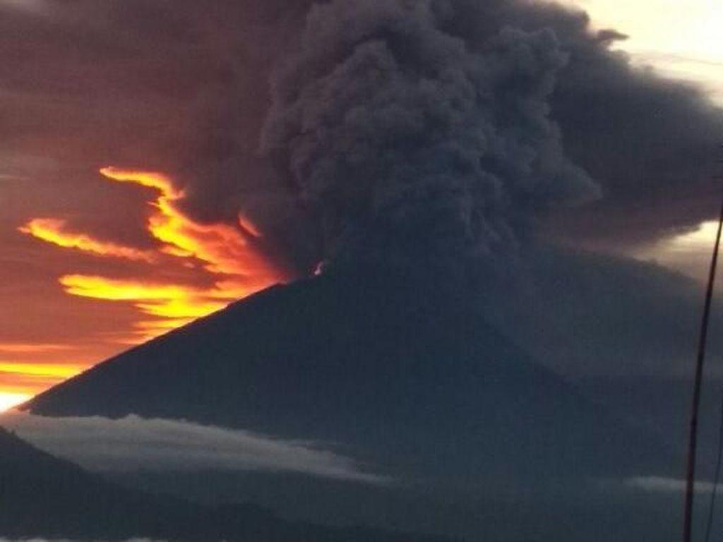 Penampakan Gunung Agung Erupsi Hingga 3.000 Meter