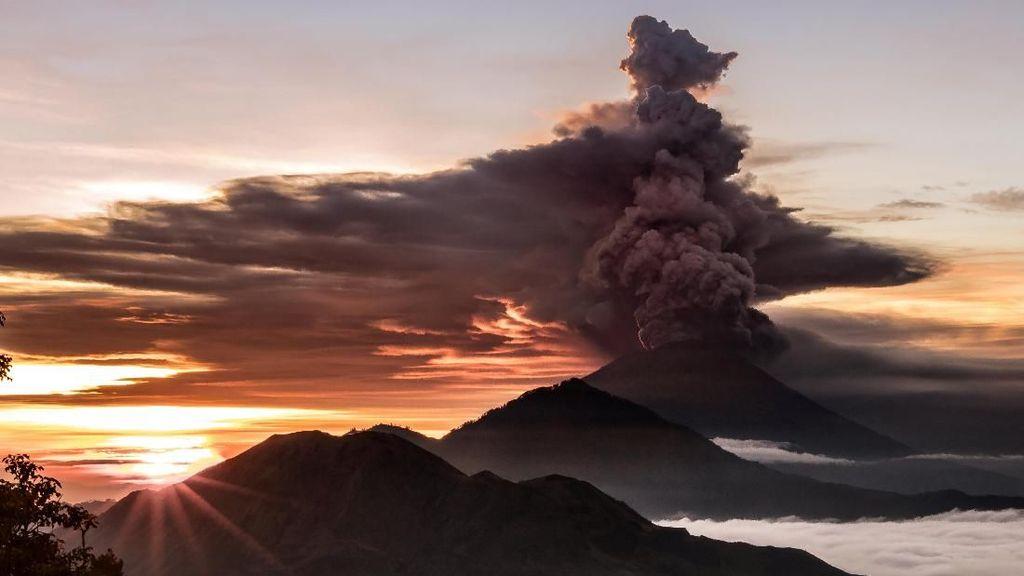 Potret Gunung Agung Semburkan Asap Saat Erupsi