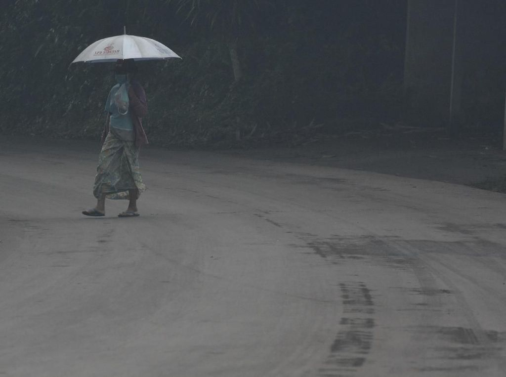 Penampakan Jalan yang Tertutup Hujan Abu Gunung Agung