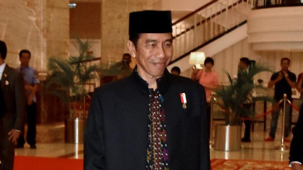 Foto: Jokowi Pakai Baju Berbahan Ulos untuk Resepsi Kahiyang-Bobby