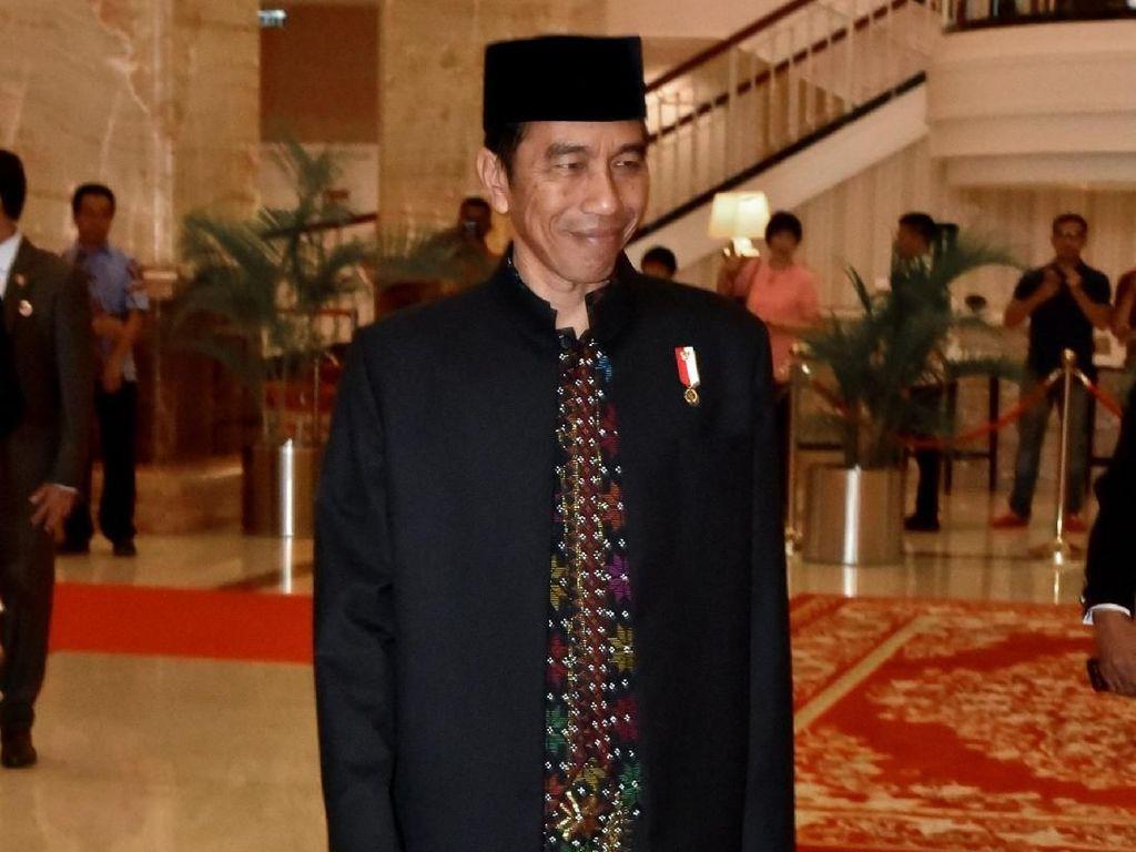Gendong Cucu, Jokowi Tiba di Lokasi Kirab Kahiyang-Bobby