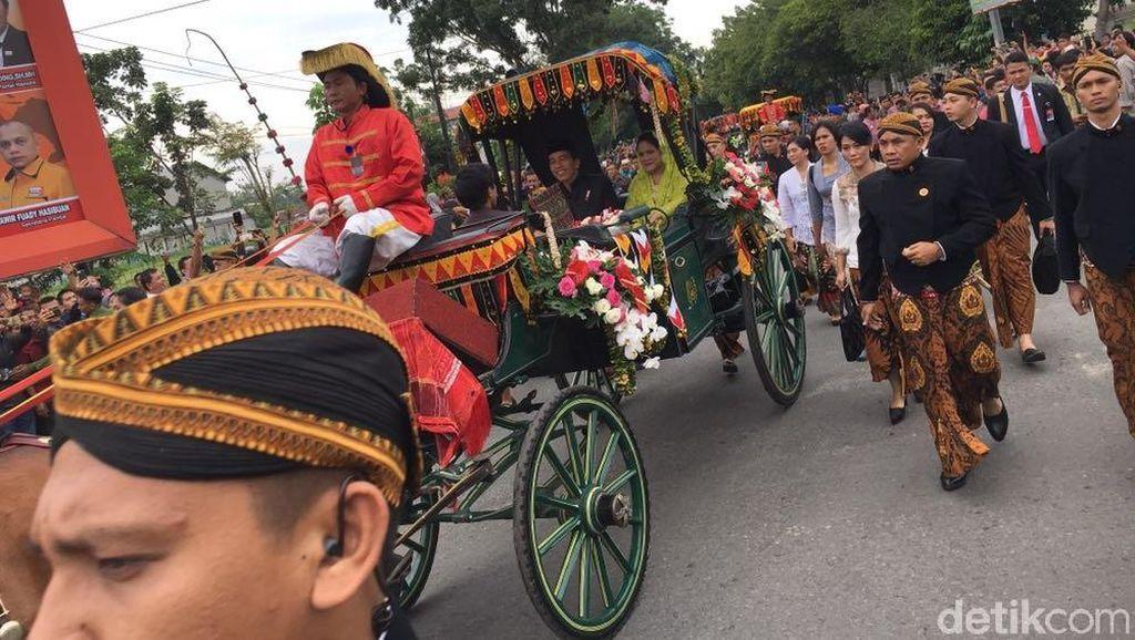 Momen Jokowi-Iriana Naik Kereta Kencana di Kirab Kahiyang-Bobby