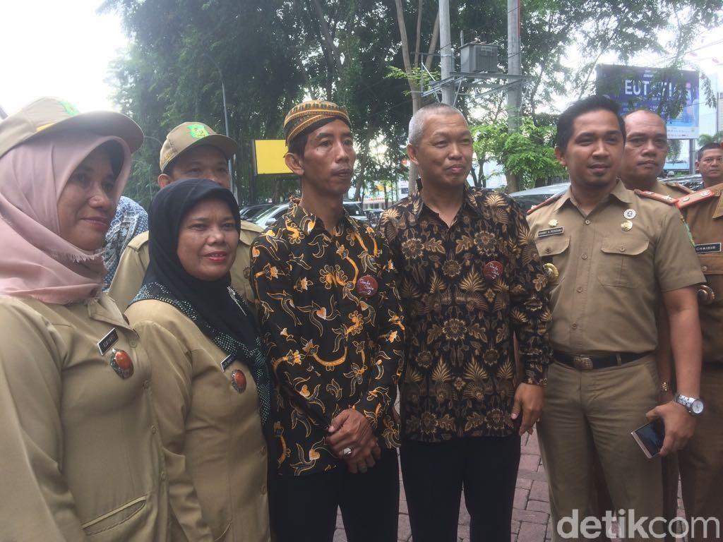 Jokowi KW Jadi Sasaran Selfie di Lokasi Resepsi Kahiyang-Bobby
