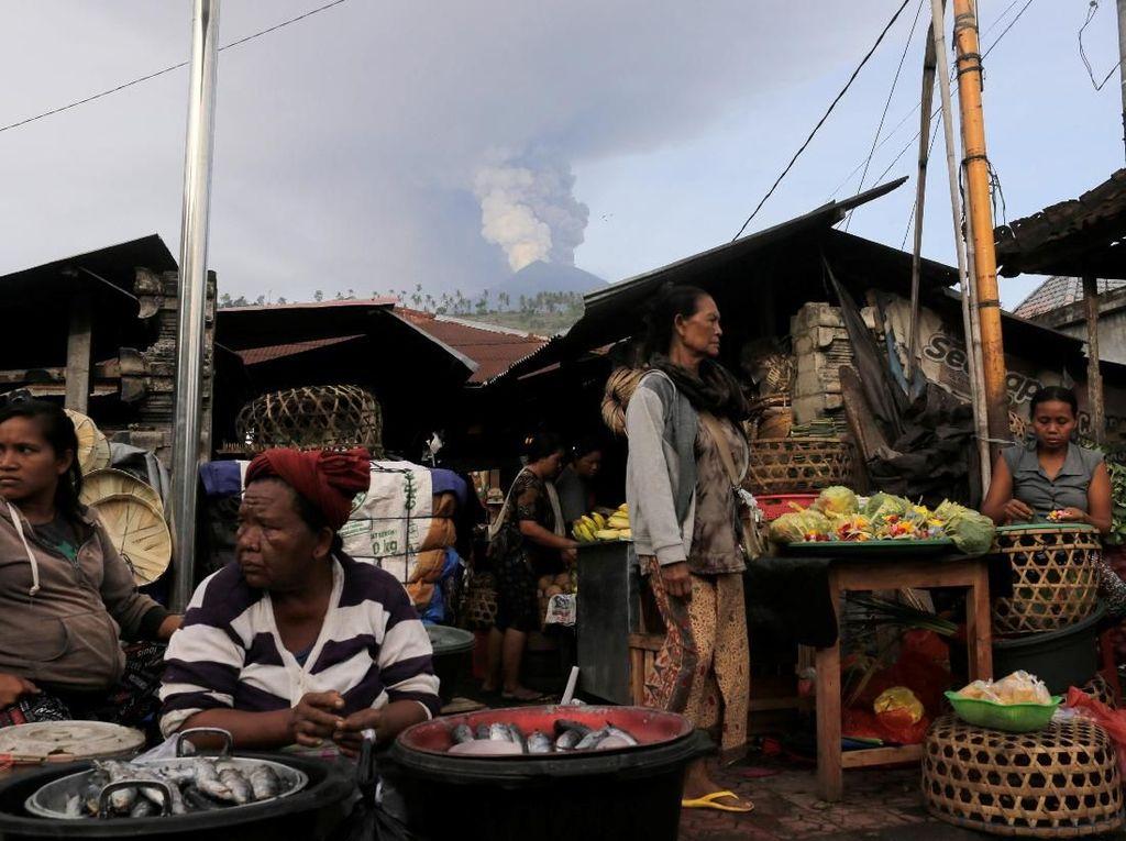 Gunung Agung Meletus Warga Tetap Berdagang dan Berkebun