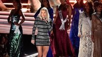 Mariah Carey Tenangkan Fergie Pasca Improvisasi Lagu Kebangsaan