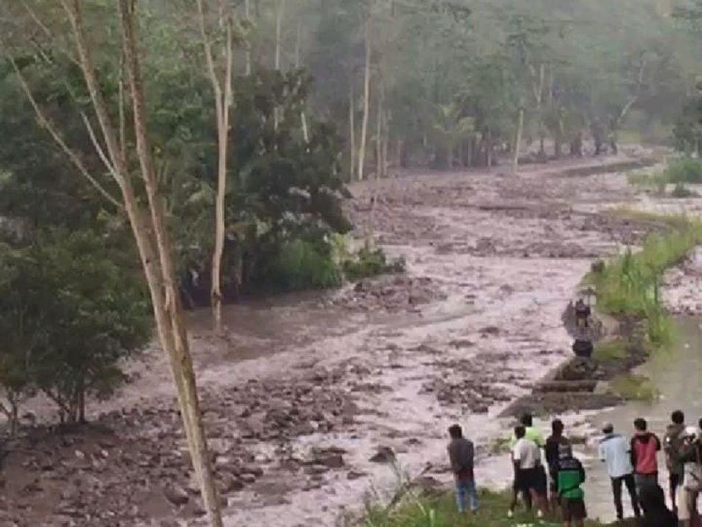 Foto: Penampakan Lahar Dingin yang Keluar dari Gunung Agung