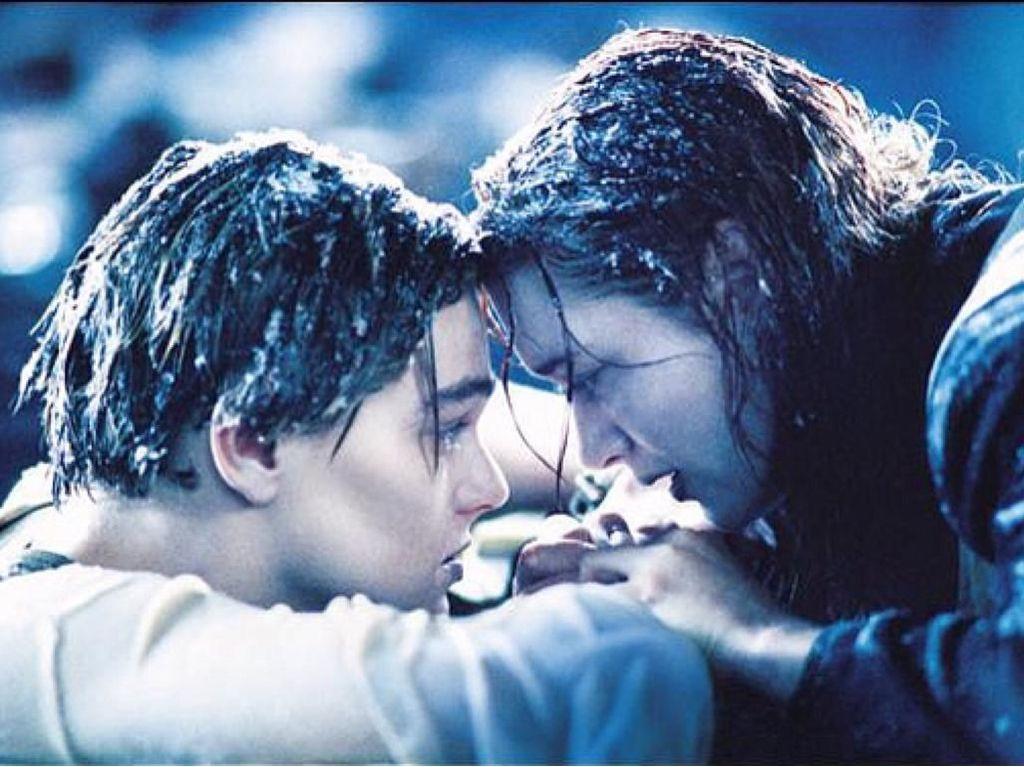 Seperti Film Titanic, Aksi Heroik Pria Selamatkan Pacar Ini Jadi Viral