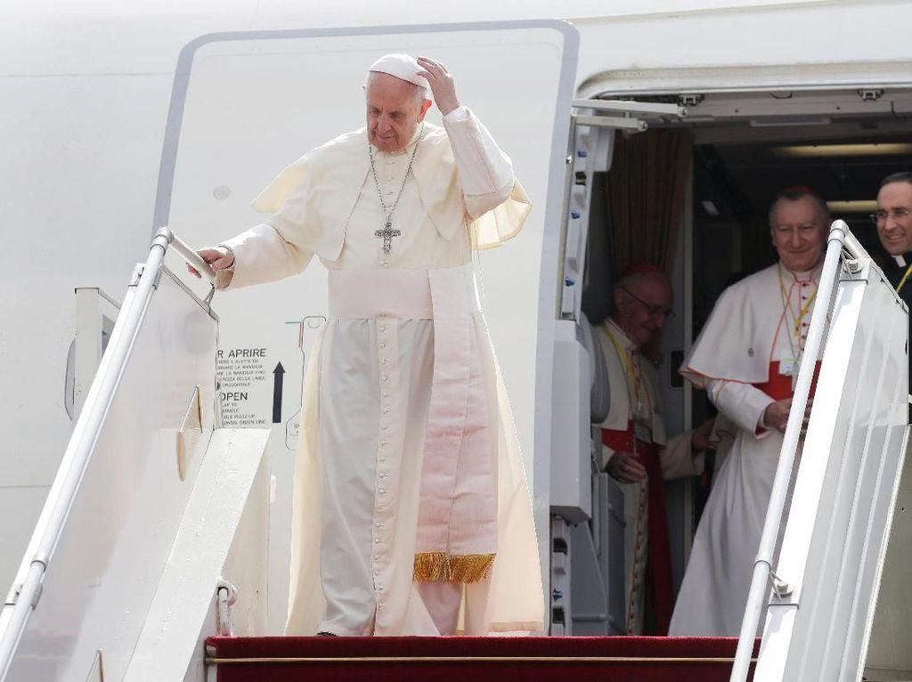 Foto: Peluk Hangat Paus Fransiskus ke Anak-anak Myanmar di Yangon