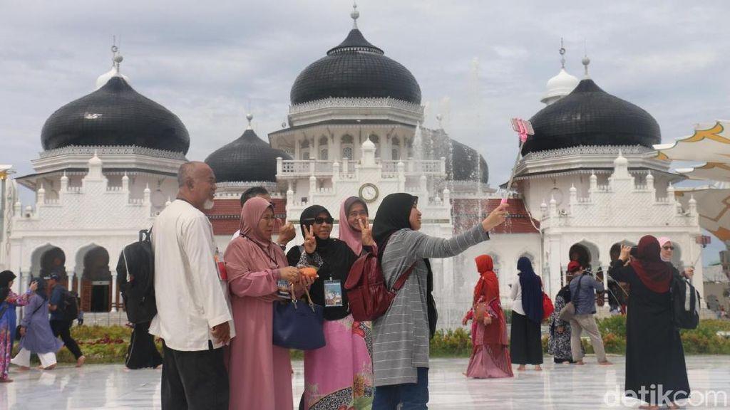 980 Turis Kapal Pesiar Kunjungi Masjid Baiturrahman