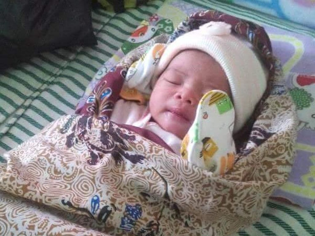 Miris, Bayi Perempuan Baru Lahir Ditinggal di Teras Rumah Warga