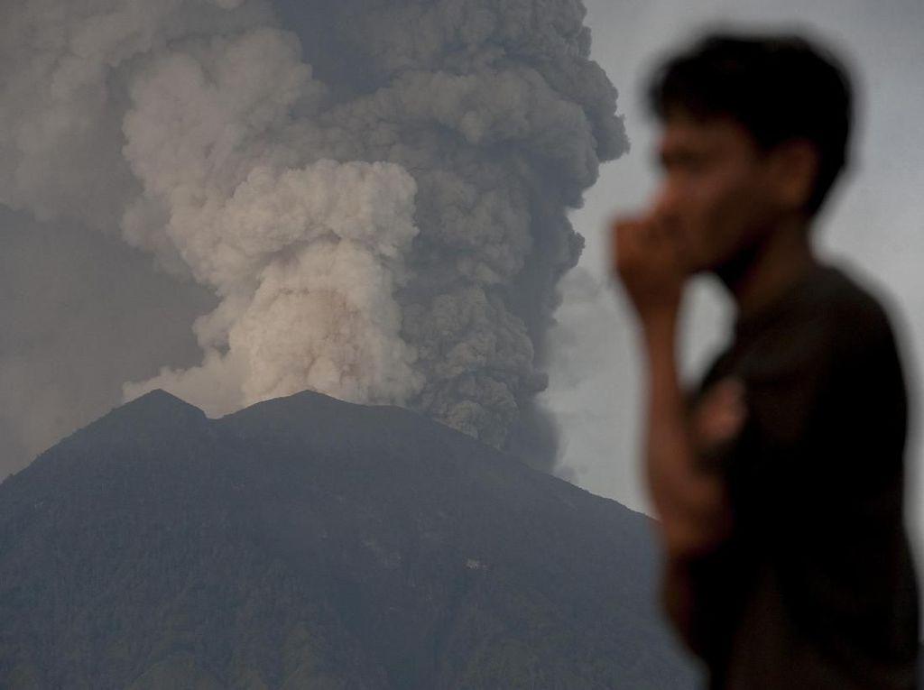 Melihat Dahsyatnya Semburan Abu Vulkanik Gunung Agung Hari ini