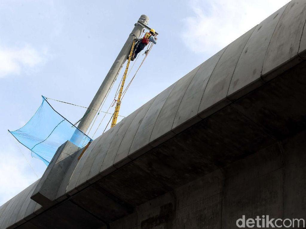 Tiang Listrik Mulai Dipasang di Jembatan Layang MRT