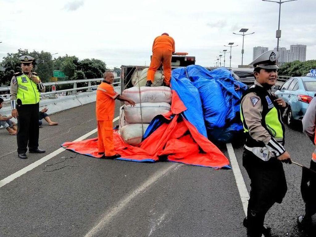 Pecah Ban, Mobil Pikap Terguling di Tol Grogol