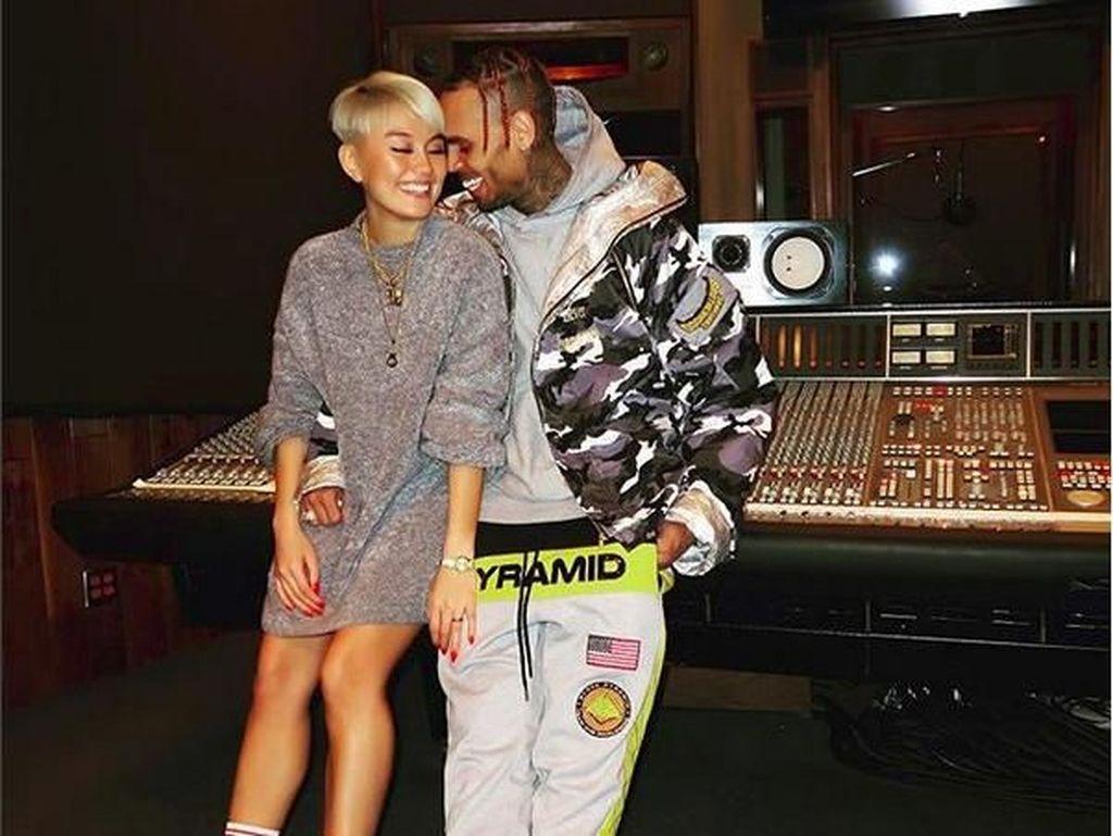 Jawaban dari Kedekatan Agnez Mo dan Chris Brown