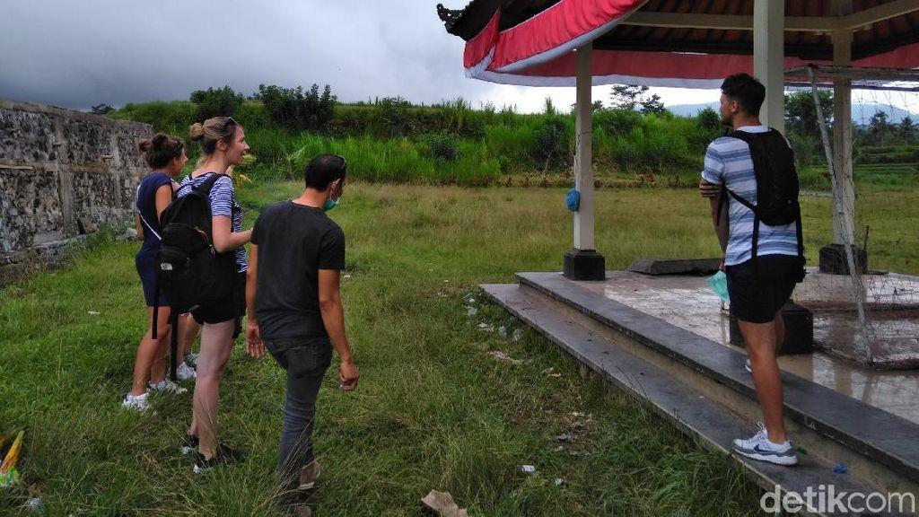 Gunung Agung Erupsi, 5 Turis Bule Ini Asyik Piknik di Lapangan