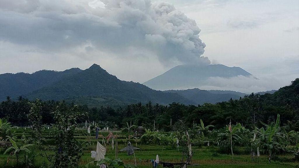 Foto Gunung Agung Terkini dengan Asap Letusan Setinggi 4 Km