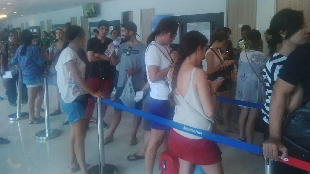 Foto: Ribuan Turis Terkatung-katung di Bandara Ngurah Rai