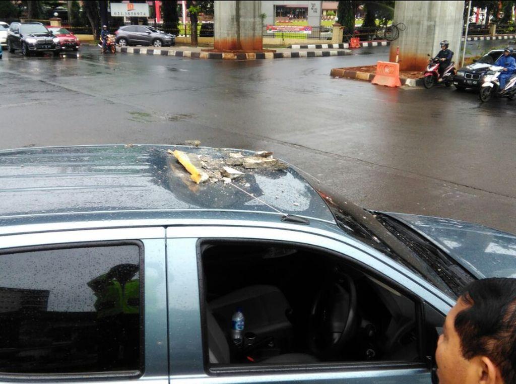 Cor Layang Tendean-Ciledug Mengelupas, Timpa Mobil Polisi