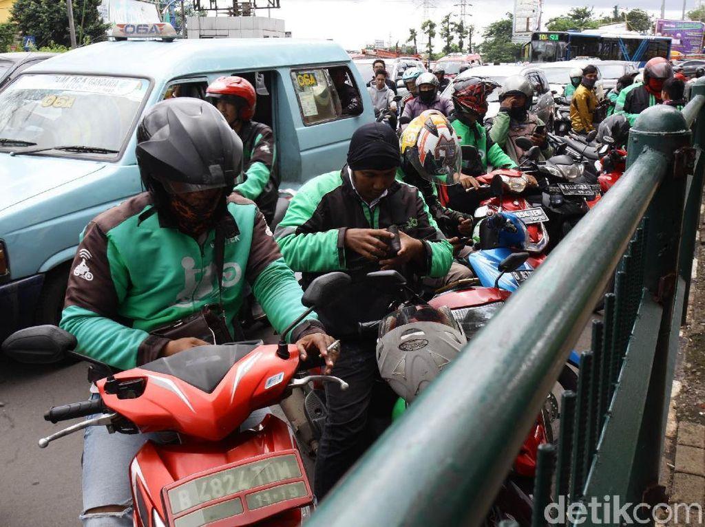 Dilarang Parkir, Ojek Online Tetap Ngetem