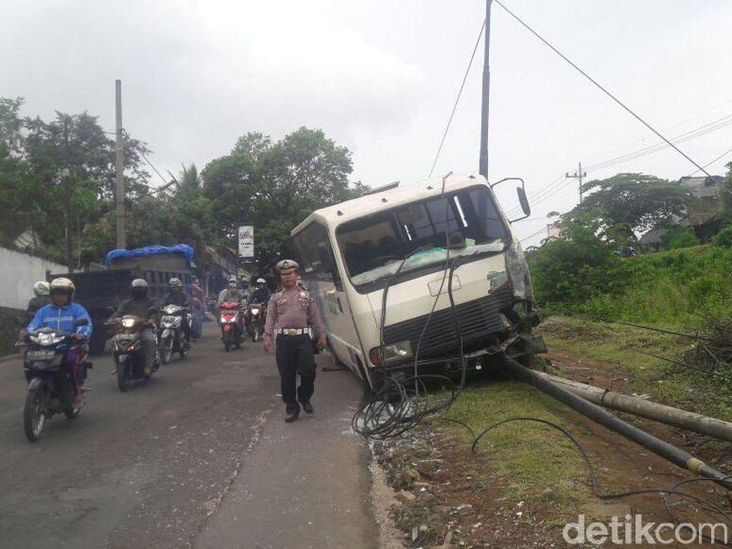 Bus Sekolah Hajar Tiang Telepon Gara-gara Rem Blong