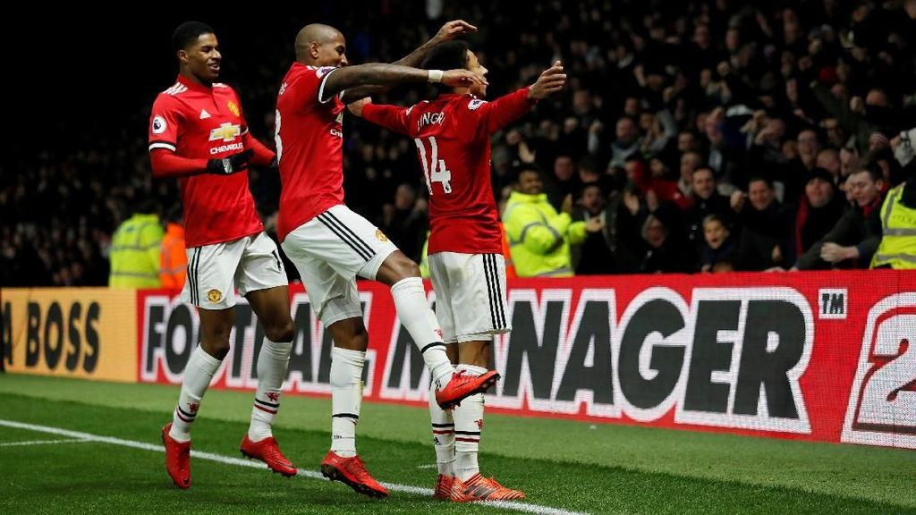 Tendangan Bebas Indah Young dan Solo Run Lingard di Vicarage Road
