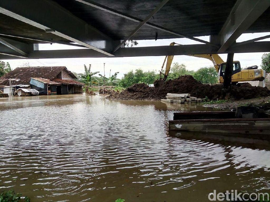 Rumah Warga di Bantaran Bengawan Solo Masih Terendam Banjir