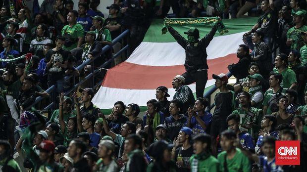 Suporter Persebaya, Bonek, pada laga final Liga 2 di Stadion GBLA, Bandung, Selasa (28/11/2017)). PSMS kalah 2-3 dari Persebaya