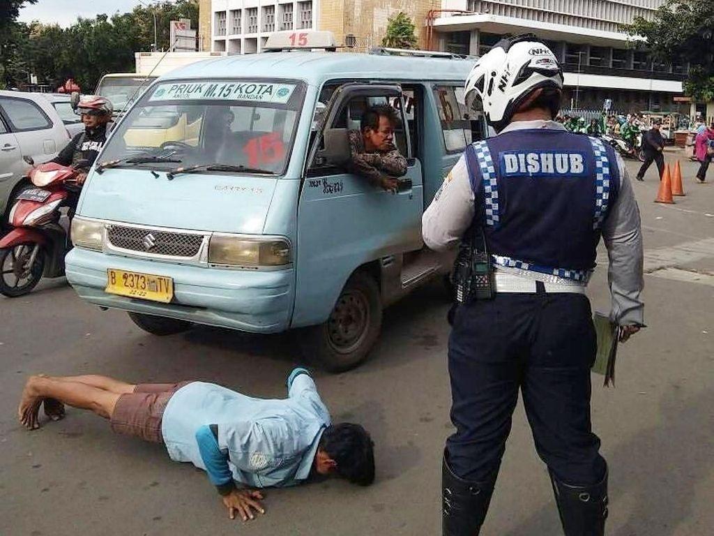 Tak Bisa Beri Tilang, Dishub DKI Hukum Push Up Sopir Angkot Nakal