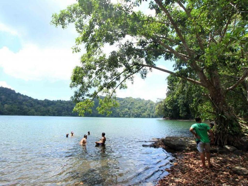 Percaya Gresik Punya Danau Secantik Ini?