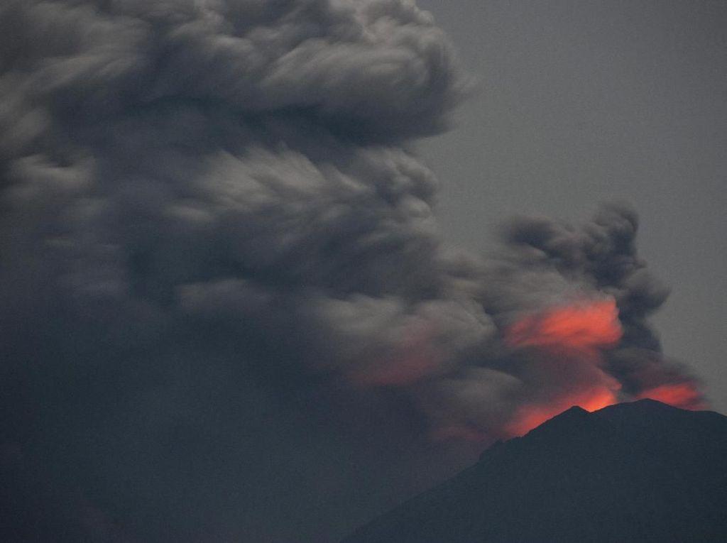 Penampakan Cahaya Magma dari Kawah Gunung Agung