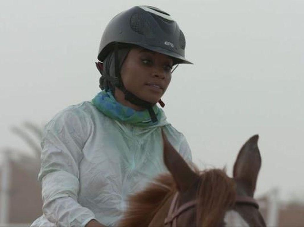 Ini Fatima Al Harthi, Hijabers yang Populer karena Jadi Atlet Berkuda